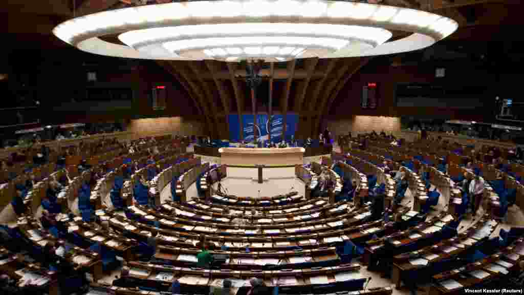 БЕЛГИЈА - Европскиот совет ја поддржа одлуката за почеток на преговори со Македонија и со Албанија. Шефовите на држави и влади од земјите членки на Европската унија го подржуваат и поздравуваат договорот меѓу Атина и Скопје за името на Макеоднија.