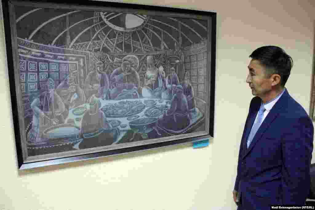 Қазақ хандығының 550 жылдығына арналған көрмені тамашалап жүрген тарихшы Жабай Қалиев. Астана, 17 қыркүйек 2015 жыл.