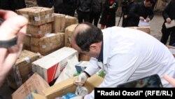 Таджикские правоохранители изымают сотни килограммов наркотиков и уничтожают их