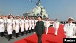 """Қытай басшысы Ху Цзиньтао (ортада) әскери ұшақ таситын """"Ляонин"""" кемесі тұрған Далянь әскери-теңіз базасында, Қытай, 25 қыркүйек 2012 жыл."""