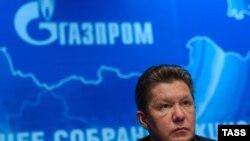 Голова правління «Газпрому» Олексій Міллер на тлі логотипу компанії