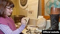 Edinburq Yazıçılar Muzeyində bir qız 19-cu əsr şotland yazıçısı Robert Louis Stevensona aid əşyalara baxır
