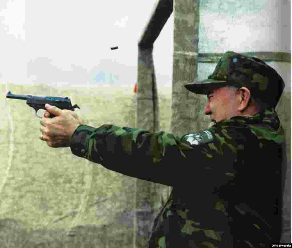Нурсултан Назарбаев в бытность президентом Казахстана стреляет из пистолета. Место и время неизвестны.