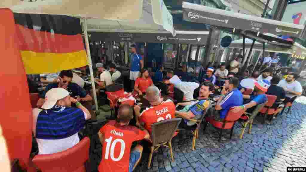 Suporteri francezi, elvețieni şi germani la aceeași masă, în Centrul Vechi din București.