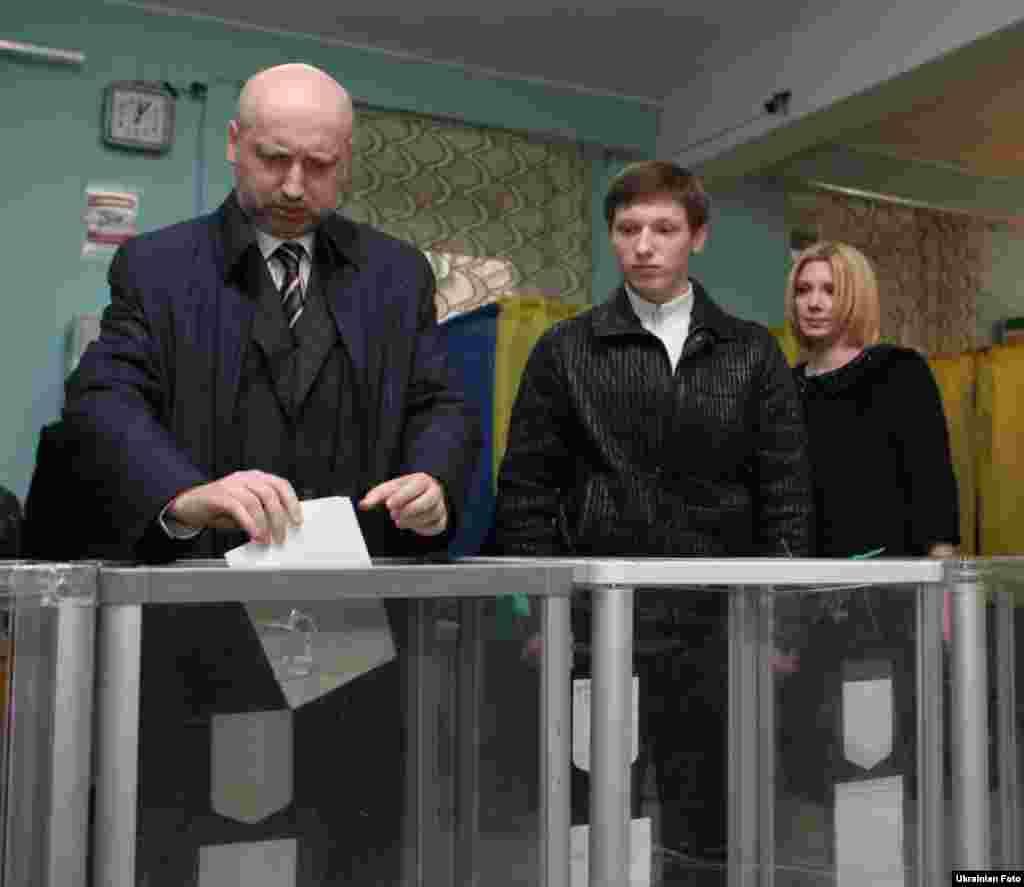 Керівник виборчого штабу Об'єднаної опозиції Олександр Турчинов разом з родиною проголосував на одній з виборчих дільниць Києва