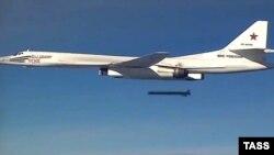 Ту-160 выпускает ракету над Сирией