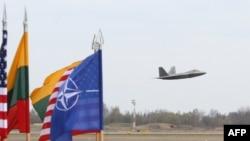 Американский военный самолет взлетает с базы ВВС Литвы в Шауляе