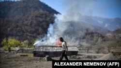 Выжженная земля: как армяне уничтожают дома перед уходом из азербайджанских районов (фотогалерея)