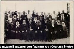 Юліан Борисикевич (нижній ряд, у центрі) і Зиновій Карась (праворуч від нього), 1954 рік