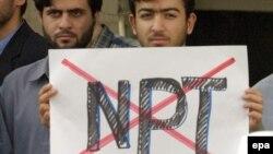 На снимке: иранские участники протеста против Договора о нераспространении ядерного оружия, октябрь 2003 года