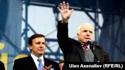 Американские сенаторы Мёрфи и Маккейн на Майдане Независимости в Киеве 15 декабря 2013 года