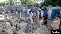 Тұрғындар жер сілкінісінен құлаған үйлерін аршып жатыр. Жалалабад уәлаяты, Ауғанстан, 24 сәуір 2013 жыл.