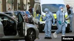 Співробітники британської поліції біля посольства України в Лондоні після інциденту з нападом на автівку посла Наталі Галібаренко. 13 квітня 2019 року