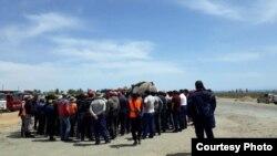 Акция протеста рабочих на автодороге Балыкчи-Корумду. 11 мая 2018 года.