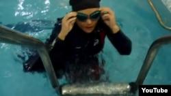 Иранская пловчиха Эльхам Асгари. Скриншот с сайта YouTube.