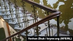 В подъезде дома №13 по улице Василия Кучера
