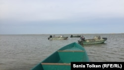 Лодки в море близ села Жанбай. 10 апреля 2017 года.
