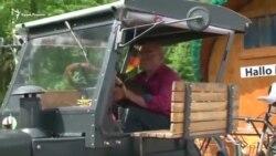 Пенсионер из Германии едет на ЧМ в Москву на старом тракторе (видео)