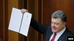 Presidenti Petro Poroshenko u tregon deputetëve në parlament Marrëveshjen për Asocim me BE-në