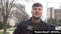 Як сокини шаҳри Душанбе барои хариди тӯҳфаи идона дар 8-уми март меравад