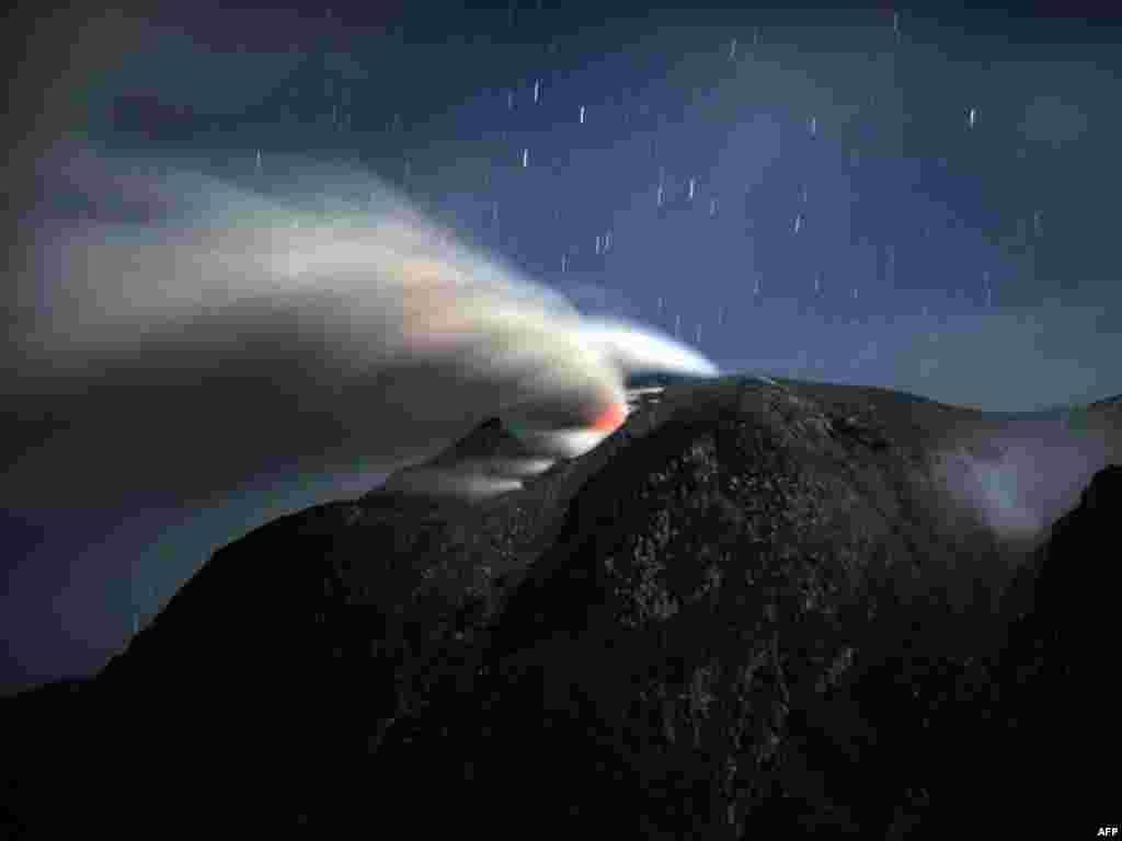 На інданэзійскім востраве Суматра працягваецца першае за апошнія 400 гадоў вывяржэньне вулькану Сінабун.