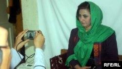 Афганская женщина фотографируется для получения удостоверения для голосования. Кабул, 3 октября 2013 года.