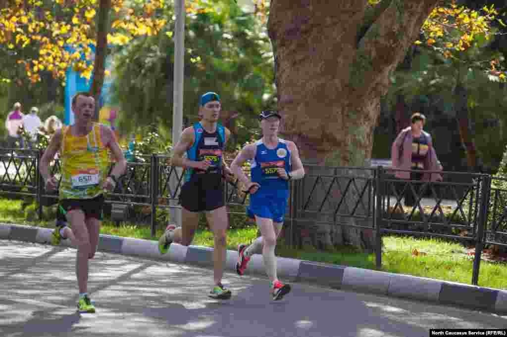 Бегунам на длинные дистанции необходимо было пройти медицинской осмотр и получить справку до начала забега.