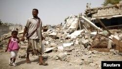 یمن محل حضور شاخههای القاعده است که طی سالهای گذشته مناطق مختلفی را به تصرف خود درآوردهاند. در تصویر محل یکی از درگیریها میان آنها و نیروهای دولتی در زنگبار، ژوئن ۲۰۱۲