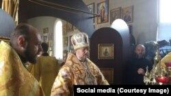 Управляющий Донецкой епархией УПЦ КП владыка Сергий Горобцов (в центре)