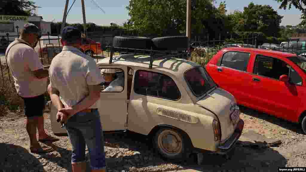 Пенсионер на «горбатом запорожце» привез на рынок шины. Машину продавать не собирается