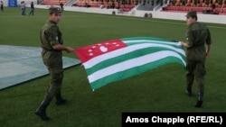 Солдаты с флагом Абхазии. 24 мая 2016 года