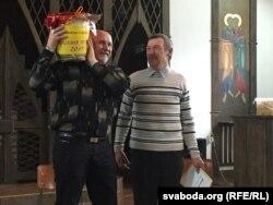 Павал Ляхновіч (зьлева) атрымаў пуд мёду ад Міколы Папекі