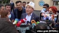 Former Kyrgyz President Askar Akaev speaks to journalists in Bishkek on August 2.