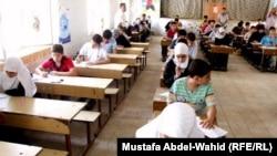 طلاب عراقيون يؤدون إمتحانات في مدرسة بكربلاء