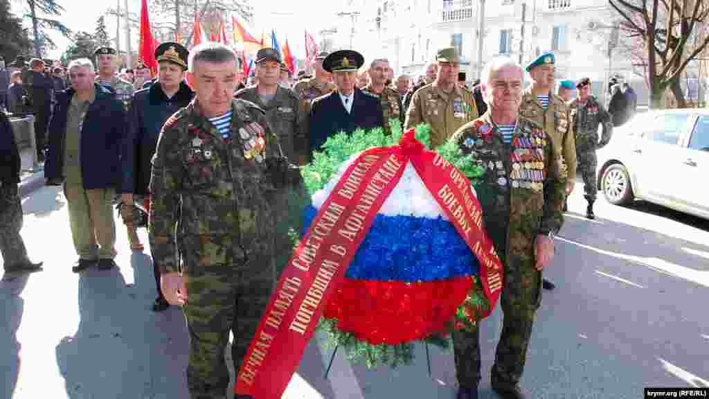 Воїни запасу з медалями на початку колони