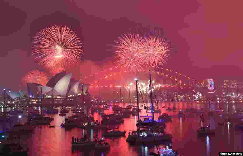 """Новогодний салют над зданием оперного театра в Сиднее, Австралия. Этот традиционный """"семейный"""" фейерверк предваряет основное шоу в полночь, 31 декабря 2018 года."""