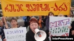 Акции протеста против политики российских властей по отношению к Грузии проходят по обе стороны границы. Демонстрация учителей в Тбилиси
