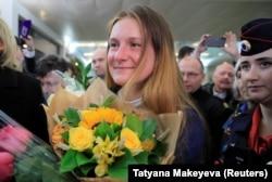 Марію Бутіну вітають після повернення в Росію в аеропорті «Шереметьєво» під Москвою, 26 жовтня 2019 року