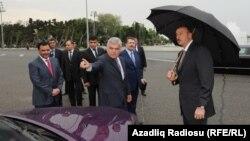 Министр транспорта Азербайджана Зия Маммадов (в центре) демонстрирует лондонское такси президенту Азербайджана Ильхаму Алиеву.