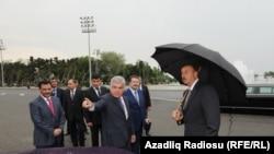 "Azerbaýjanyň transport ministri Ziya Mämmedow, ""Baghlan Group"" toparynyň ýolbaşçysy Hafiz Mämmedow prezident Ylham Alyýewe Londondan getirilen taksileri görkezýärler."