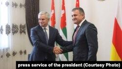 После официальной встречи президенты Абхазии и Южной Осетии вышли к журналистам