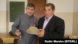Нохчийчоь -- Шайна динозавран хIоаш карийна хиларан тоьшалла гойтуш ву Нохчийн университетан хьехархо, географ Джабраилов Сайд-Эми, Соьлжа-ГIала, 13Оха2012.