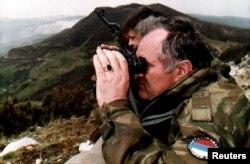 Ратко Младич дүрбі салып тұр. Сәуір, 1994 жыл.