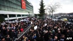 """Люди у здания редакции газеты """"Заман"""", где прошли обыски полиции. Стамбул, 14 декабря 2014 года."""