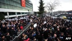 Протестующие у главного офиса газеты «Заман»