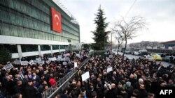 Истанбулдагы Zaman бинасы алдында урам җыены