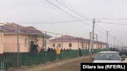 Новые дома для 386 семей в селах Женис, Жанатурмыс и Достык построены на окраине райцентра Мырзакент. В однотипных домах по две спальни, одной гостиной, столовой и ванной комнате.