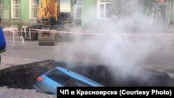В Красноярске машины провалились под асфальт