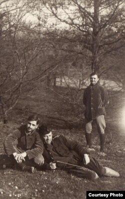 Ofițeri români la plimbare într-un parc (Sursa: Expoziția Marele Război, 1914-1918, Muzeul Național de Istorie a României)