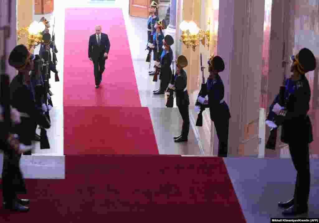 РУСИЈА - Рускиот претседател Владимир Путин положи заклетва на функцијата на церемонијата во Кремљ. Путин на претседателските избори во март доби 76 насто од гласовите и се избори за нов шест годишен мандат.